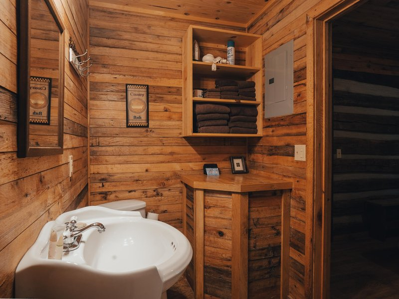 The Elkhorn Cabin's private bathroom.