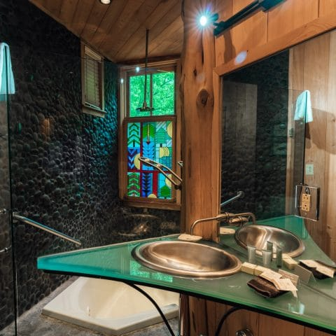 The jacuzzi tub in the Ponca Creek Lodge