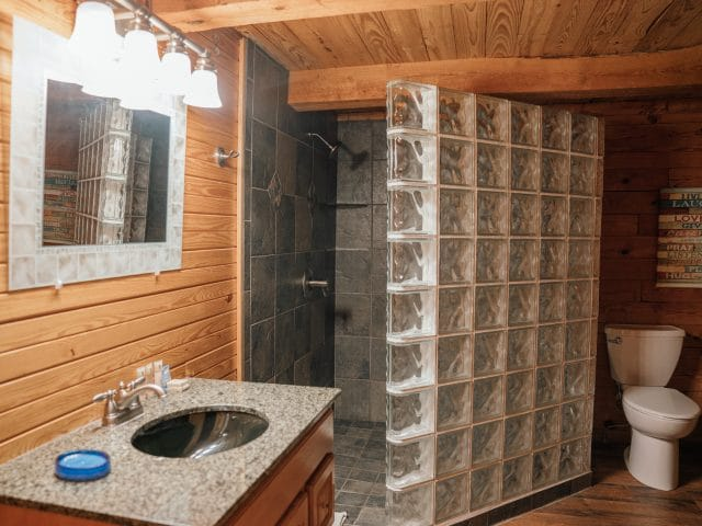 The Mountain Magic Cabin offers you a large, modern showerbath that's completely furnished.