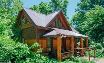 The Creekside Cabin is located in Ponca, which means it is convenient to popular trailheads.